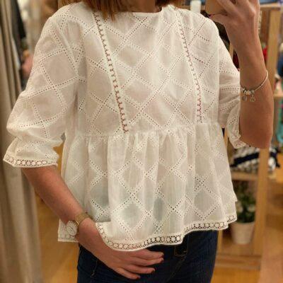 Blusa de mujer blanca con bordados.