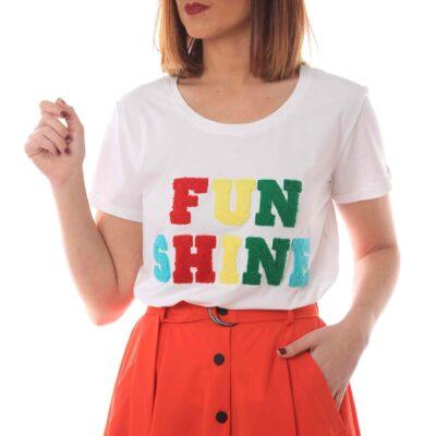 Camiseta blanca con letras de colores