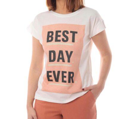 Camiseta blanca con panel rosa y letras negras