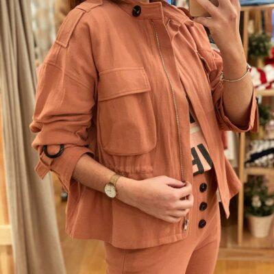 Chaqueta de mujer color caldera con bolsillos y cremallera
