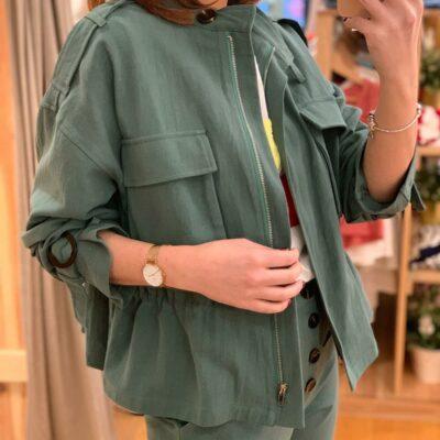 Chaqueta de mujer color verde con bolsillos y cremallera