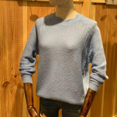 Jersey azul de manga larga, cuello subido y cierre con botones en parte trasera
