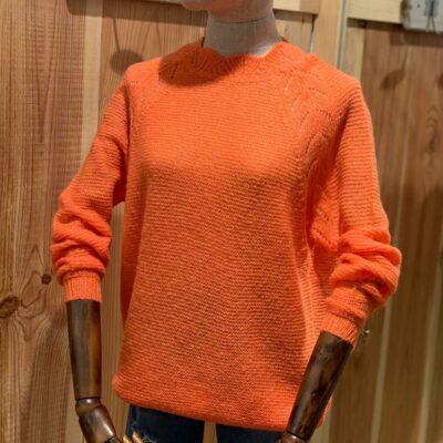 Jersey naranja de manga larga, cuello subido y cierre con botones en parte trasera