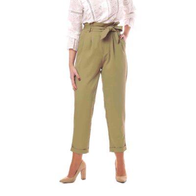 Pantalón de talle alto color verde kaki con lazada en la cintura