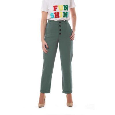 Pantalón verde con botones negros