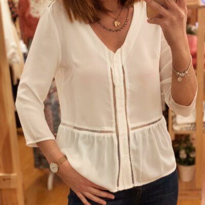 Blusa blanca de cuello pico y botones