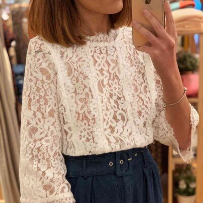 Blusa blanca con tejido guipur