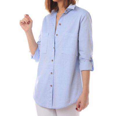 Camisa azul de mujer con bolsillos en el pecho