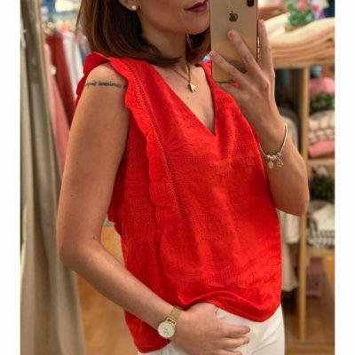 Blusa roja sin mangas con bordados