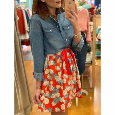 Conjunto de camisa vaquera y falda corta con estampado de flores