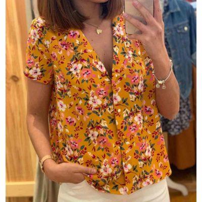 Blusa de mujer con fondo de color mostaza y estampado de flores