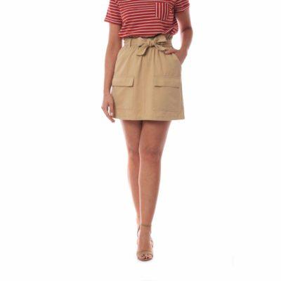 Falda corta beige con lazada en cintura y bolsillos