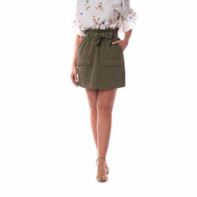Falda verde con lazada en la cintura y bolsillos delanteros