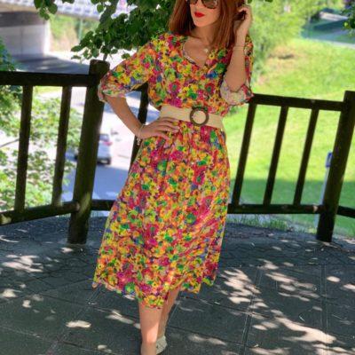 Vestido camisero con estampado de flores multicolor y botonadura delantera