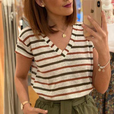 Camiseta de mujer con estampado de rayas y cuello pico