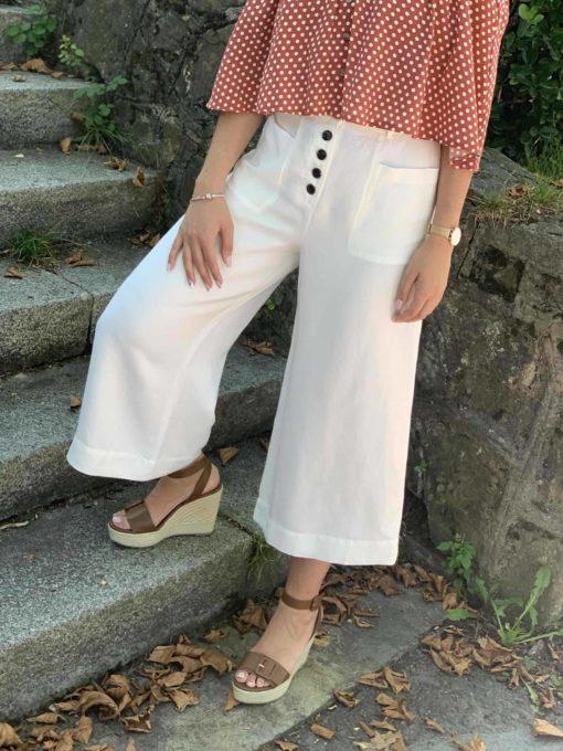 Pantalón de mujer blanco estilo culotte con botonadura