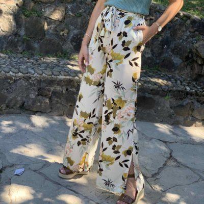 Pantalón estilo palazzo con estampado de flores
