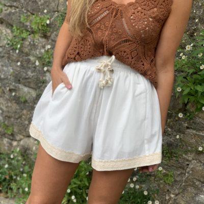 Short blanco de mujer con puntilla en bajo y bolsillos