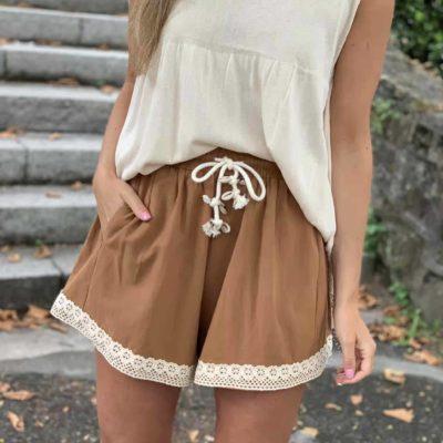 pantalón de mujer corto camel con puntilla en bajo