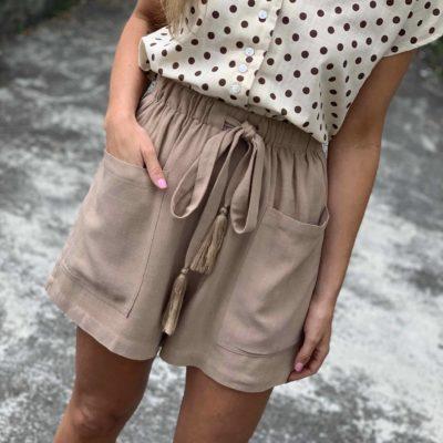 Short color taupe con bolsillos