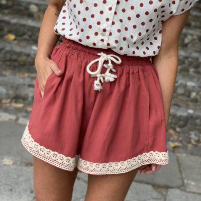 pantalon corto de mujer color teja con puntilla en bajo