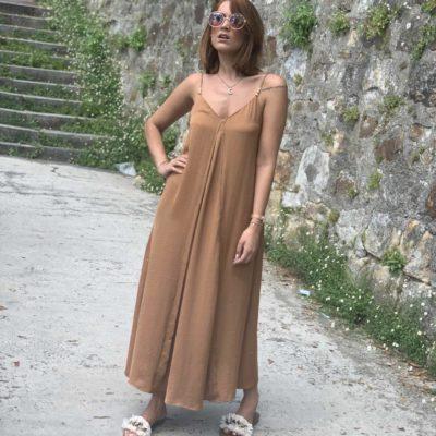 Vestido de tirantes color camel satinado