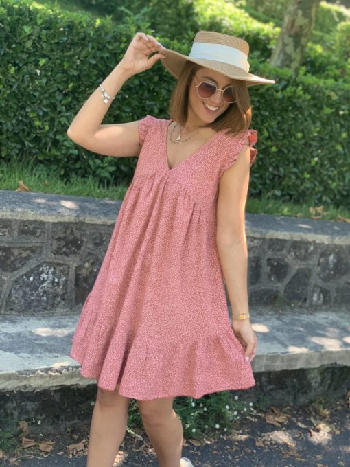 Vestido corto color rosa con estampado de flores y cuello en pico