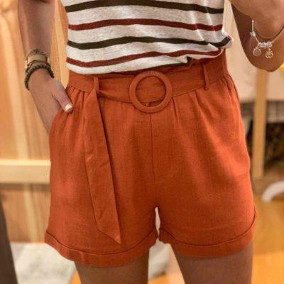 Pantalón corto de mujer con cinturón color caldera