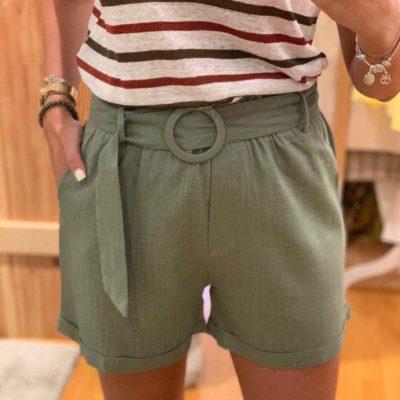Pantalón corto de mujer color verde con cinturón