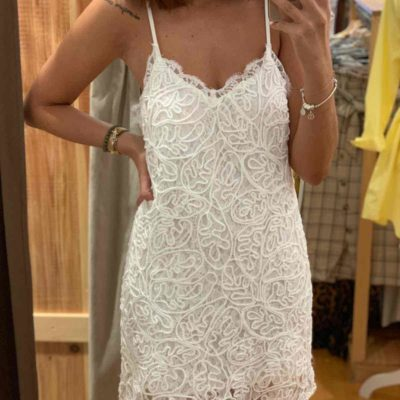 Vestido mini blanco con tirantes y estilo crochet