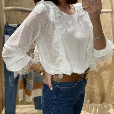 Blusa blanca de mujer estilo plumeti con volantes