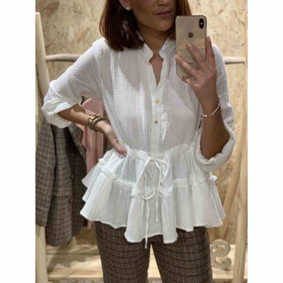 Blusa blanca de mujer con volantes en el bajo