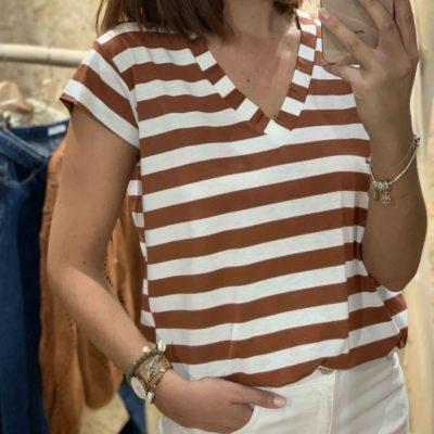 Camiseta de mujer con estampado de rayas blancas y camel