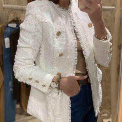 Chaqueta blanca de mujer estilo tweed con botones en dorado