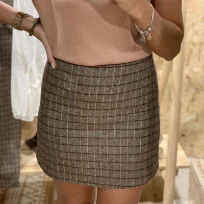 Falda mini color gris con estampado de cuadros