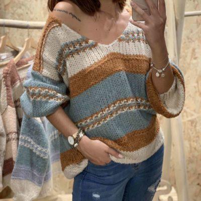 Jersey de mujer con estampado de rayas camel y azul y cuello pico