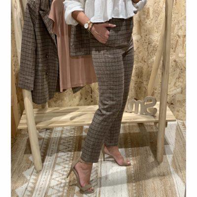 Pantalón de mujer con estampado de cuadros y fondo gris