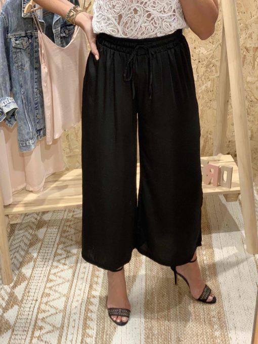Pantalón de mujer estilo culotte de color negro satinado